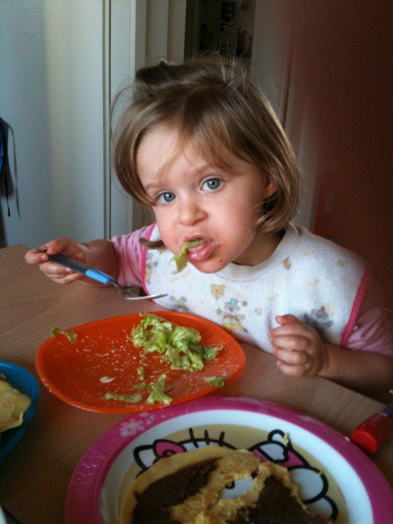 Cecilya beim Salat essen